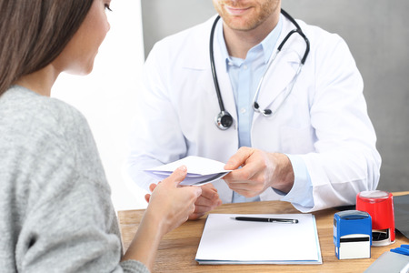 Visit the doctor. The doctor writes a prescription. Imagens