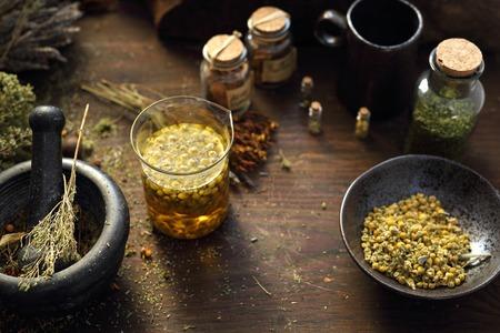 Phytothérapie Camomille, lavande, prêle, ortie, herbes en médecine traditionnelle, armoire à pharmacie à domicile
