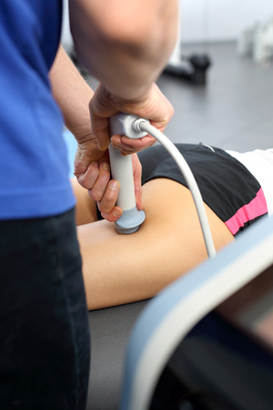 The physiotherapist performs the procedure using ultrasounds. Imagens