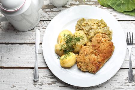 Cocina tradicional polaca, chuleta de cerdo con patatas y repollo frito. Foto de archivo