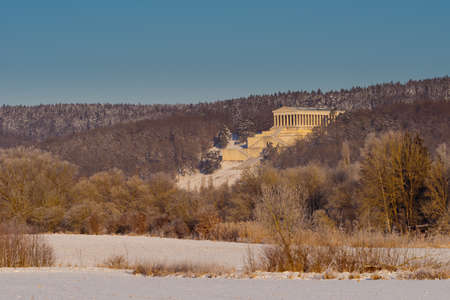 Walhalla memorial in Donaustauf near Regensburg and Danube river on clear cold winter day with sun and snow 版權商用圖片