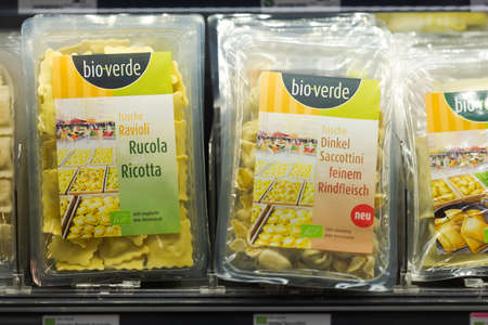 Regensburg, Germany - 2021 02 05: Refrigerated section with packaged various fresh pasta of brand bio-verde behind glass doors on display in organic super market 新聞圖片