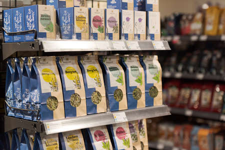 Regensburg, Germany - 2021 02 05: Shelf with packs of fair trade tea of Austrian brand Sonnentor on display in german organic super market 新聞圖片