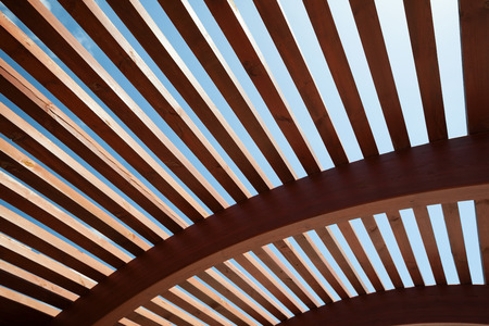 struktur: Modern arkitektonisk konstruktion av träribbor med halvrund, genombrutna konstruktion