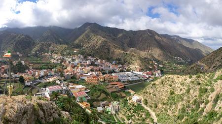 La Gomera - Panoramisch uitzicht op het centrum van Vallehermoso. Op de achtergrond de bewolkte Cumbre de Chijere met Buenavista.