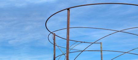 rejas de hierro: Resumen marco hecha de barras de hierro oxidadas, dobladas
