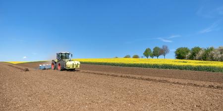 siembra: Tractor durante la siembra