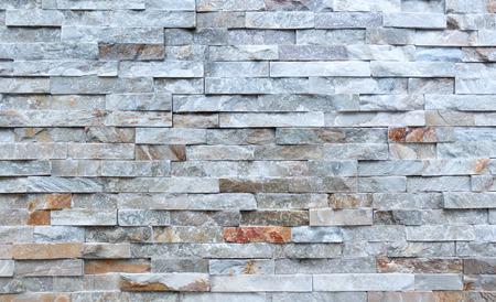 Steinmauer aus groben länglichen Verblendsteinen Standard-Bild