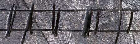 Abstrakte Struktur aus Holz mit verkohlten Kerben
