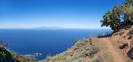La Gomera - Hiking trail in the northwest with a view to La Palma, down on the coast the headland Baja de los Roques near Arguamul 免版税图像