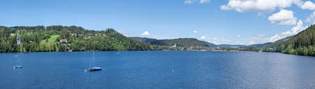 Lake Titisee summer panorama in the Black Forest, Germany - view vom the east bank over the lake to the place Titisee Foto de archivo