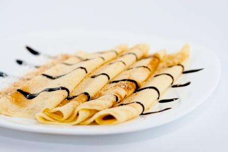 hot cakes: Panqueques con chocolate aislado sobre fondo blanco