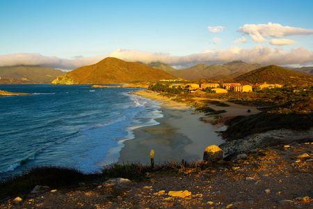 Bay en la isla, la Isla en español, Margarita en la puesta del sol cerca de la ciudad de Juan Griego, con montañas en el fondo Foto de archivo - 3635806
