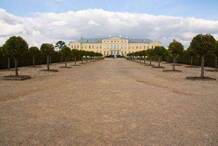 rundale: Vicolo al giallo barocco palazzo con fontana in primo piano