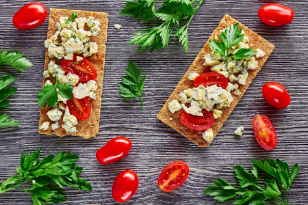 Crispbread with blue cheese and tomatoes