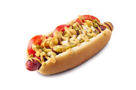 Gustoso hot dog con peperoni sportivi e condimento sottaceto su bianco Archivio Fotografico