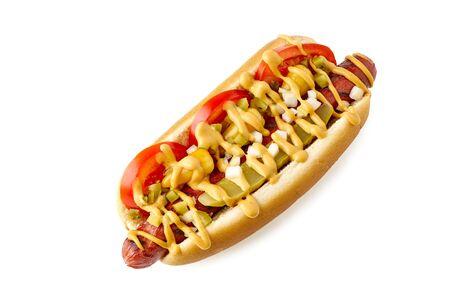 Hot Dog nach Chicagoer Art mit Sportpaprika auf Weiß