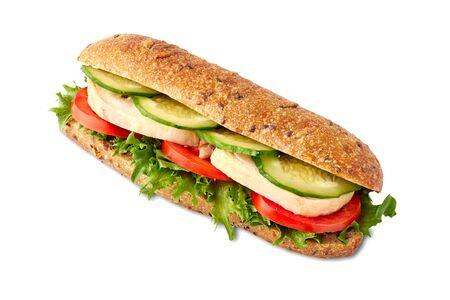 Sandwich à grains entiers avec poulet et légumes sur blanc Banque d'images