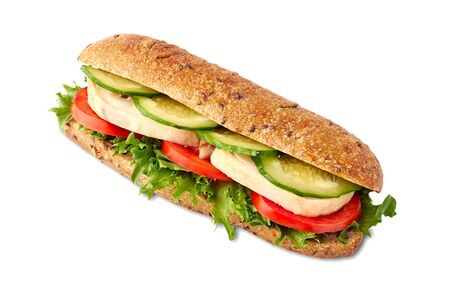 Vollkornsandwich mit Hühnchen und Gemüse auf Weiß Standard-Bild