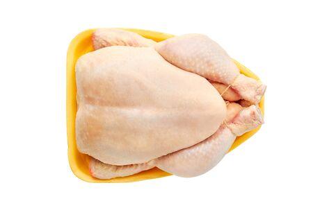 Draufsicht auf rohes Hühnchen auf Verkaufstablett über Weiß