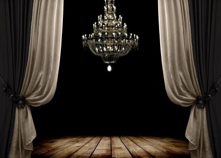 telon de teatro: Imagen del interior del grunge cuarto oscuro con piso de madera y lámpara de araña. Fondo