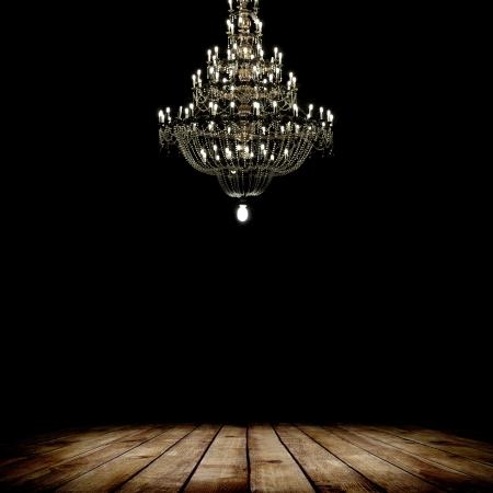 grunge interior: Imagen del interior del grunge cuarto oscuro con piso de madera y l�mpara de ara�a. Fondo