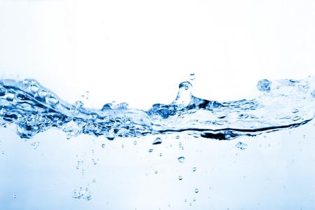 Water en luchtbellen over wit Stockfoto