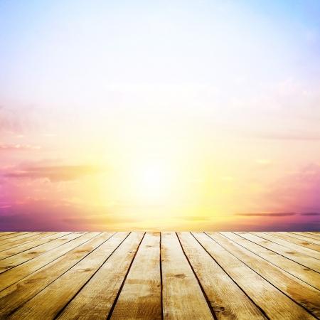 blauwe lucht met wolken en houten planken vloer achtergrond