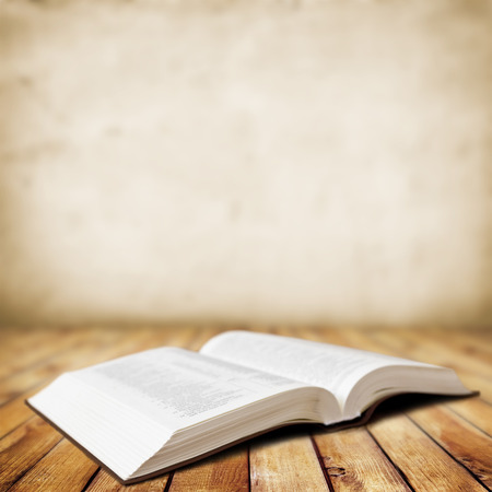 biblia: Libro abierto sobre fondo de madera Foto de archivo
