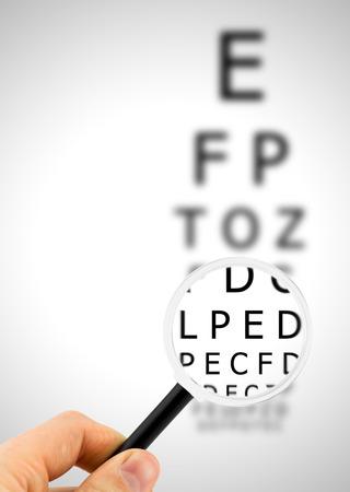 Vergrootglas richt oog grafiek brieven duidelijk en getoond vaag op de achtergrond