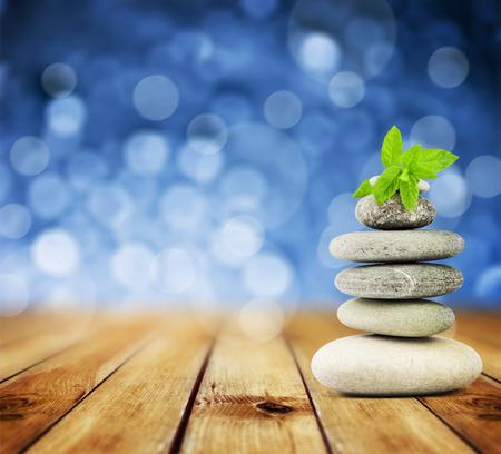 spa stone: Zen-Steine ??auf dem alten Holz und abstrakten blauen Hintergrund
