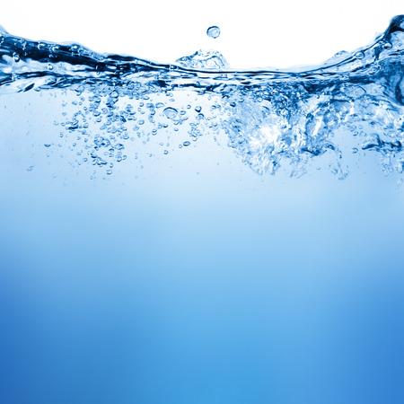 흰색 배경 위에 물과 공기 거품
