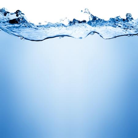 flujo: Agua y burbujas de aire sobre fondo blanco con espacio para el texto