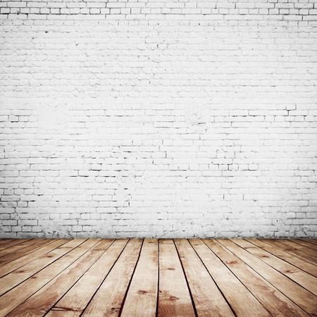 brick floor: vendimia habitaci�n interior con pared de ladrillo blanco y el fondo piso de madera Foto de archivo