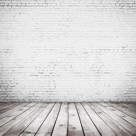 paredes de ladrillos: vendimia habitación interior con pared de ladrillo blanco y el fondo piso de madera Foto de archivo