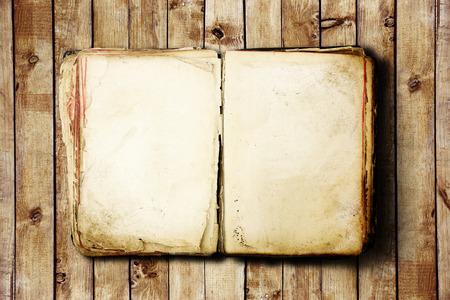 hoja en blanco: Abra el libro en blanco sobre fondo de madera vieja