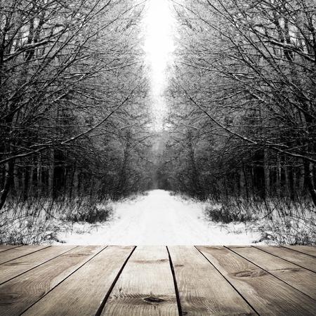 enero: Invierno camino en el bosque con tablones de madera de fondo piso Foto de archivo