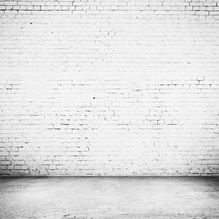 Lichte kamer met tegelvloer en bakstenen witte muur achtergrond