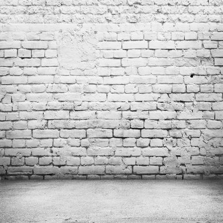 hormigon: Habitación luminosa con suelo de baldosa y ladrillo la pared de fondo blanco