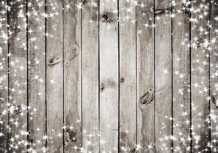 natale: la struttura in legno marrone con la neve bianca e le stelle. Sfondo Natale