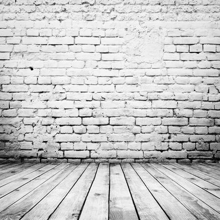 suelos: vendimia habitaci�n interior con pared de ladrillo blanco y el fondo piso de madera Foto de archivo
