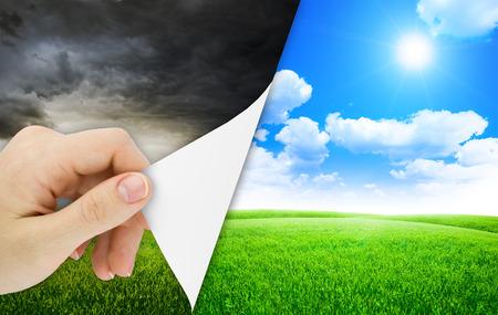 change concept: Hoja en blanco del papel con la apertura de lado. Tormenta cambia al buen tiempo. La naturaleza de fondo Foto de archivo