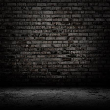Donkere kamer met tegelvloer en bakstenen muur achtergrond