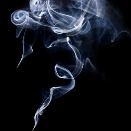 fumar: Humo azul abstracto remolinos sobre fondo negro Foto de archivo