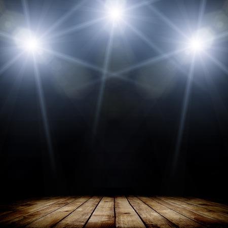 暗い背景と木製の床の上コンサートのスポット照明のイラスト