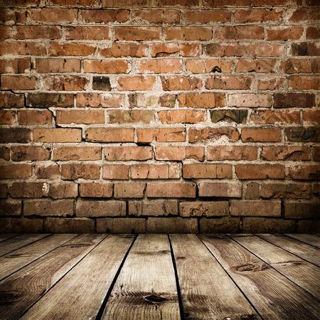벽돌 벽과 나무 바닥 룸 인테리어 빈티지