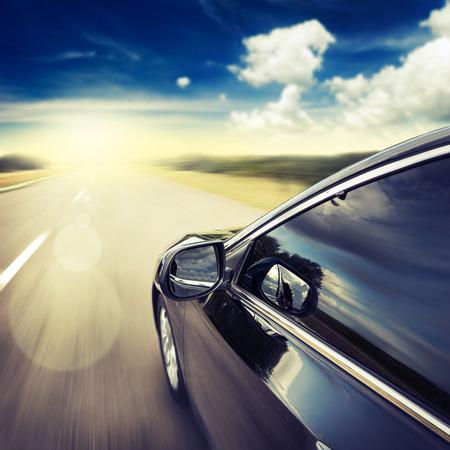 Wazig weg en auto, snelheid bewegende achtergrond Stockfoto