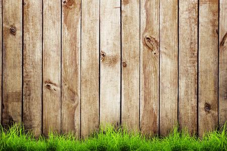 Lente groen gras over houten hek achtergrond