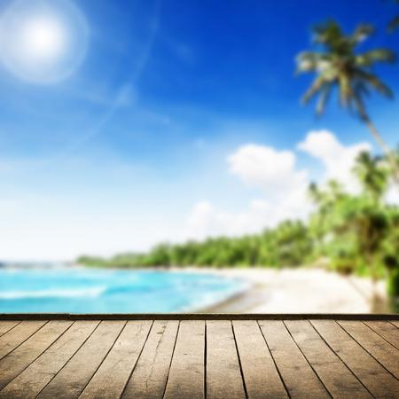 frutas tropicales: Playa tropical con palmeras. Fondo de naturaleza preciosa al mar