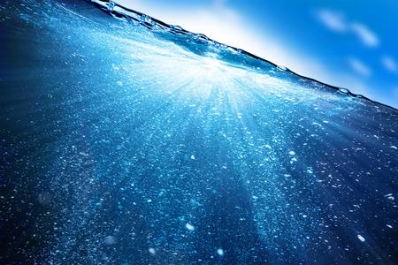 Acqua e bolle d'aria su sfondo cielo Archivio Fotografico - 36911993
